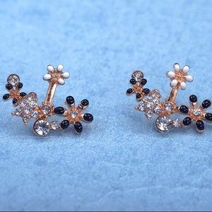 ❤️gorgeous black &white flower stud earrings